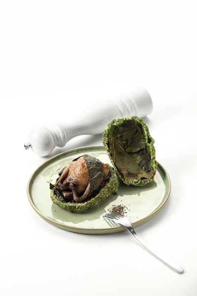 Le pigeon de Mr Guilbot cuit en croûte de feuille de figuier, palets de butternut étuvé, quelques champignons, sauce Teriyaki.